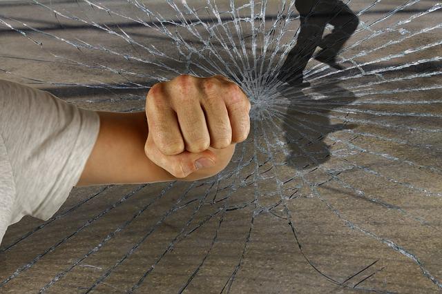 Kegyetlen: ököllel verte le egy 16 éves srác a villamos utasát a II. kerületben – a férfit életveszélyes állapotban vitték kórházba