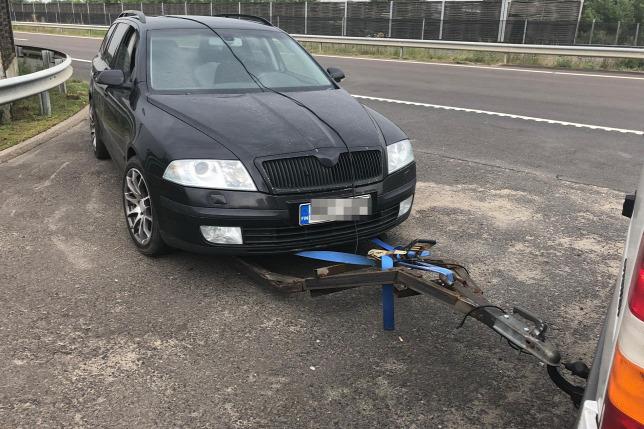 Döbbenet! Sofőr nélküli autót vontatott az M3-ason egy férfi egy házilag barkácsolt szerkezettel