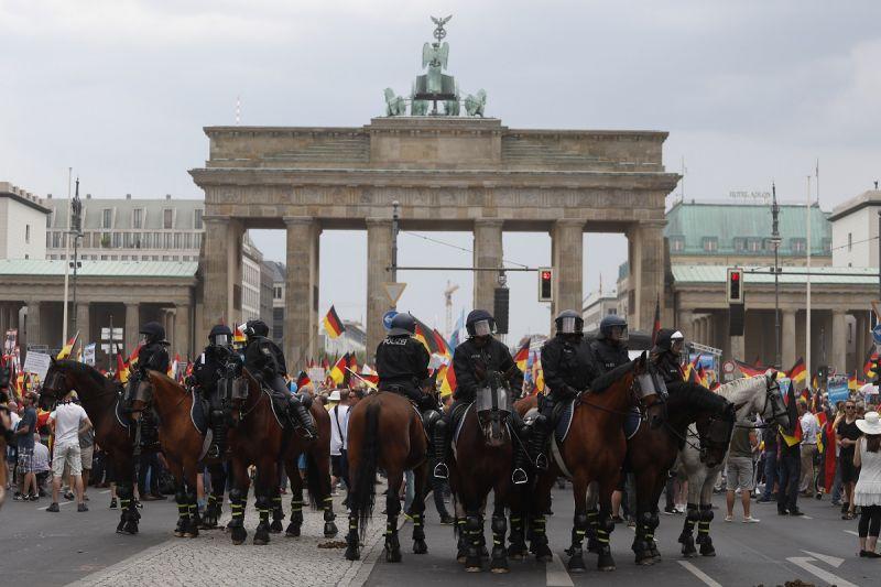 Berlinben menetelt a német szélsőjobb, könnygázzal védték őket az ellentüntetőktől