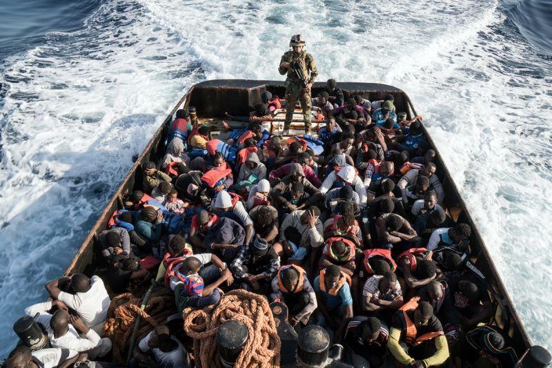 Belegondolni is félelmetes: kisbaba született az Európa felé hánykolódó csónakban