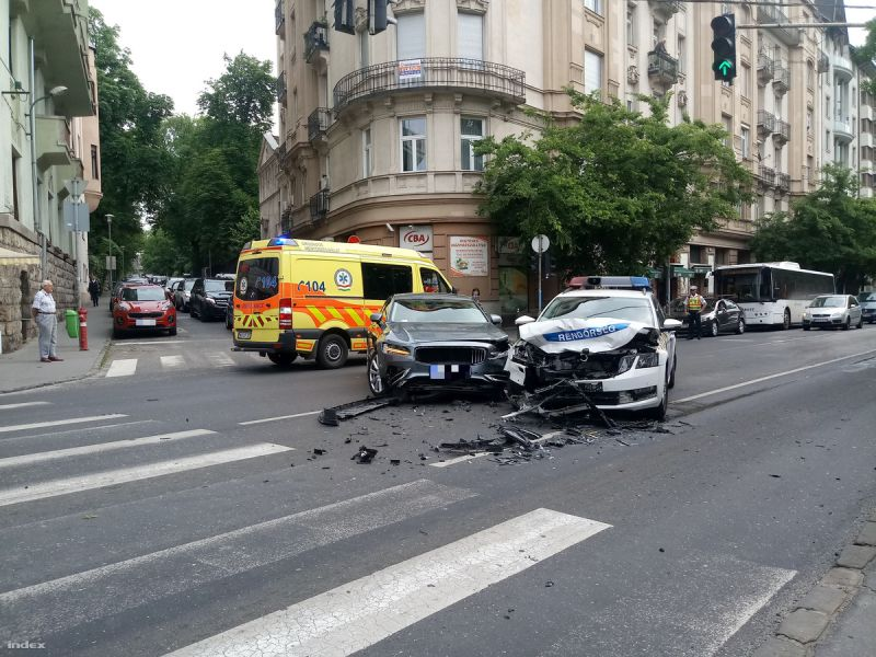 Rendőrautó és személygépkocsi ütközött össze a II. kerületben