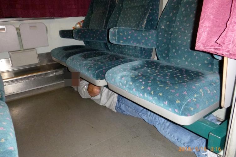 A vonatülés alá bújt, de lebukott a külföldi – fotó