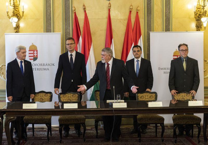 Hoppá: bemutatta államtitkárait az emberi erőforrások minisztere