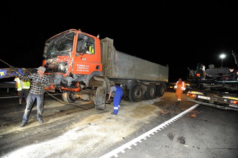 Megrázó felvételek: teherautóval ütközött egy kisbusz, kilenc halálos áldozat