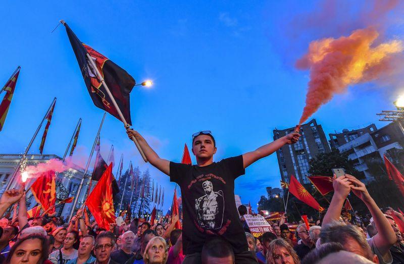 Óriási tömegek vonultak az ki Macedóniában