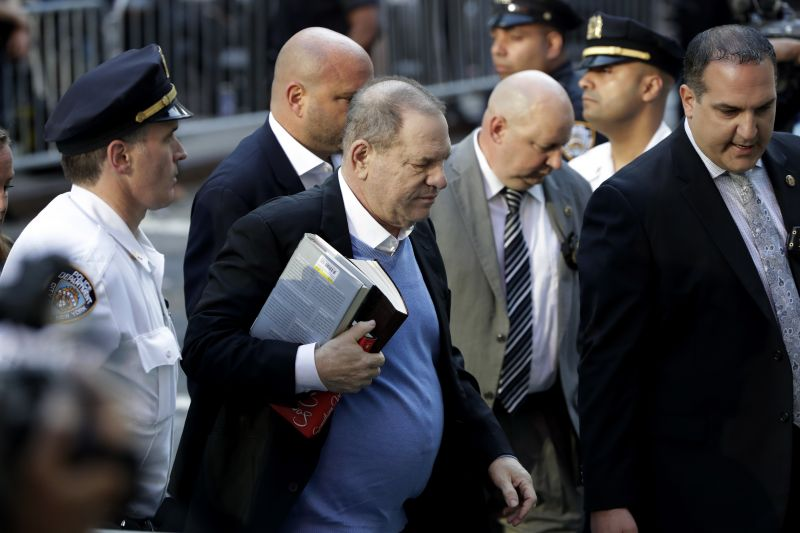 Harvey Weinsteint letartóztatták, bilincsben vezették el