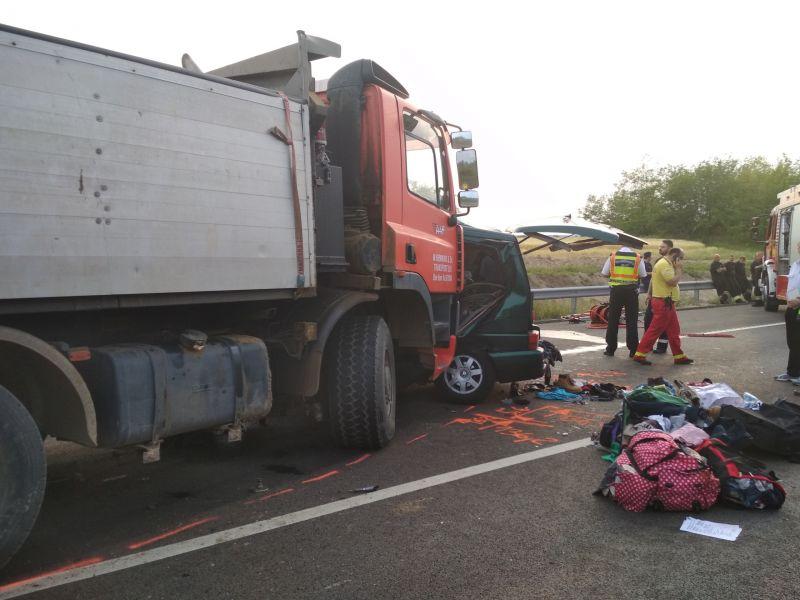 Ceglédberceli halálos baleset: romániai kisbuszt talált telibe a homoszállító – fotók