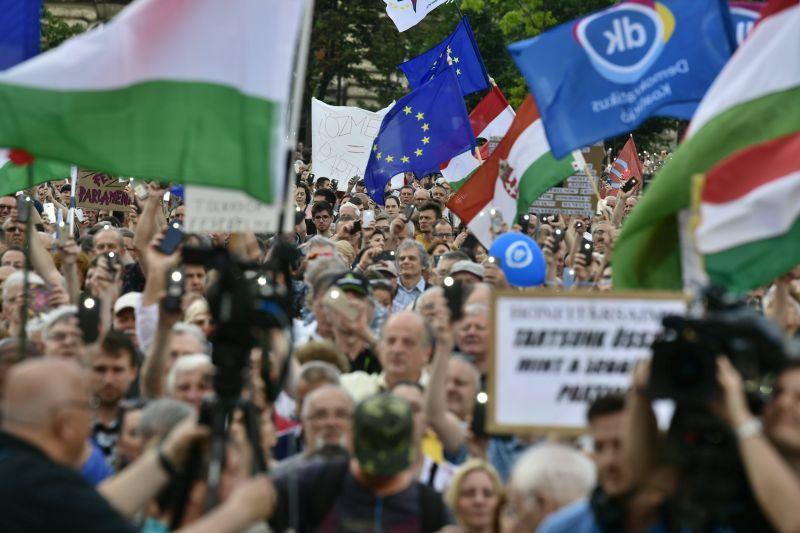 Így tüntettek a Parlament előtt kedd délután – fotók