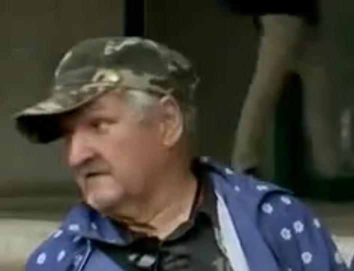 A háttérben elhaladó nyugdíjas arckifejezése mindent elmond a Liberálisok sajtótájékoztatójáról