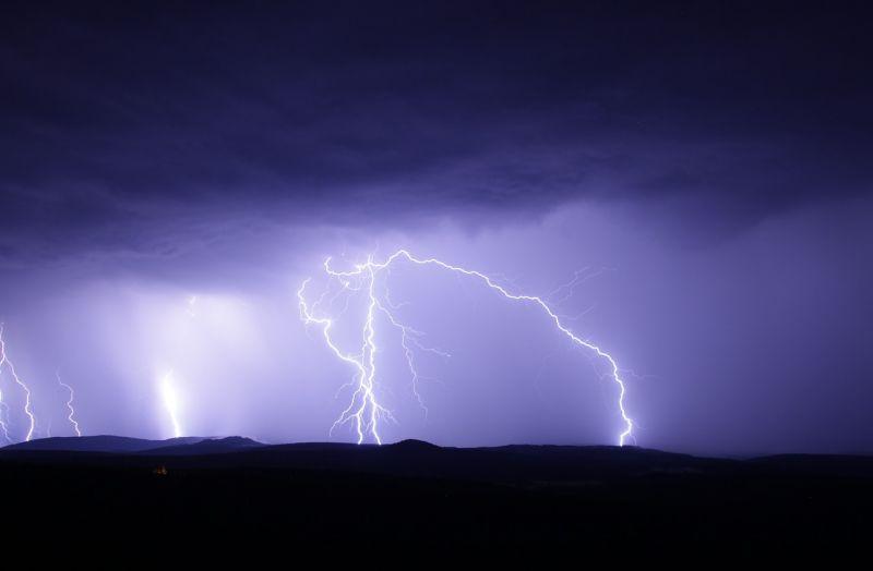 Egyre több kárt okoznak a villámcsapások a szinte a teljes országra kiterjedő viharokban