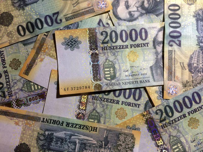 331 ezer, ismétlem 331 ezer forint az átlagfizetés Magyarországon