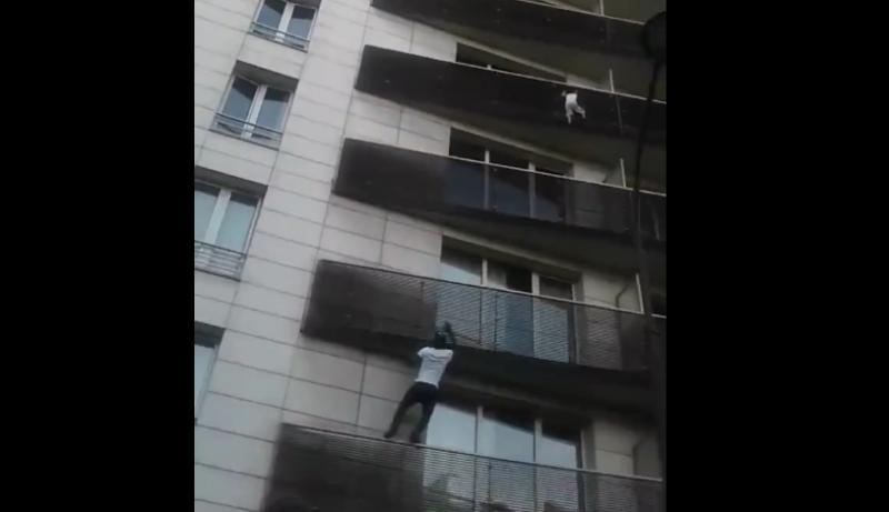 Elképesztő videó: negyedik emeletről lógott ki egy kisgyermek, egy járókelő felmászott (!) érte