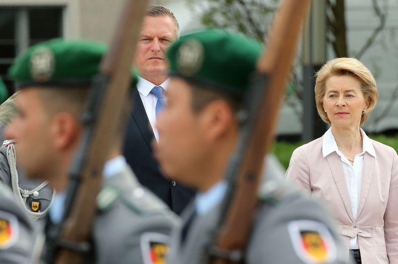 Az osztrák védelmi miniszter uniós katonákat küldene a migránsokra