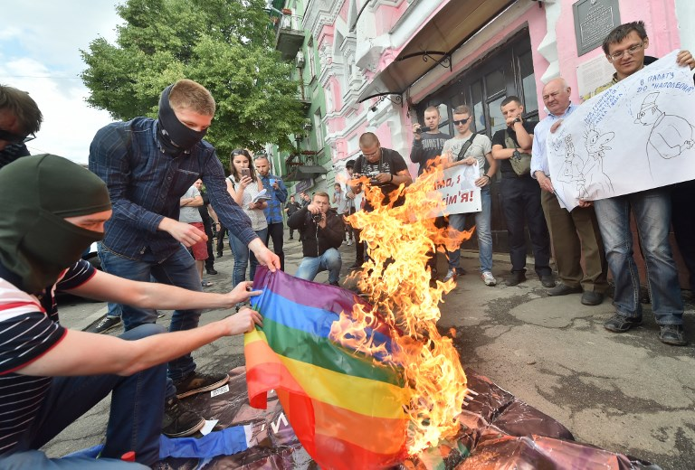 Melegfelvonulást tartottak Kijevben – szivárványzászlót égettek szélsőségesek