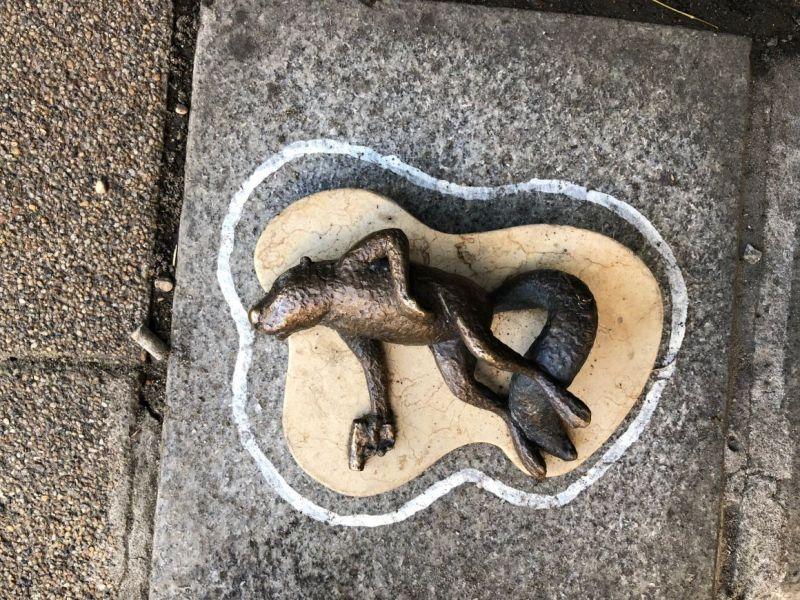 Kiderült, hogy ki alkotta meg a bronzmókust a Jászai Mari téren