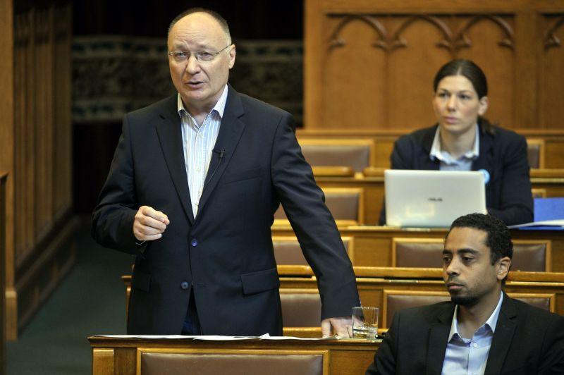 Felfüggesztették Burány Sándor mentelmi jogát