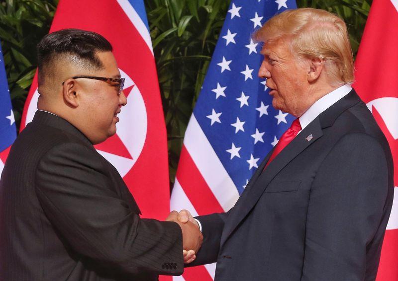 Megtörtént a történelmi kézfogás