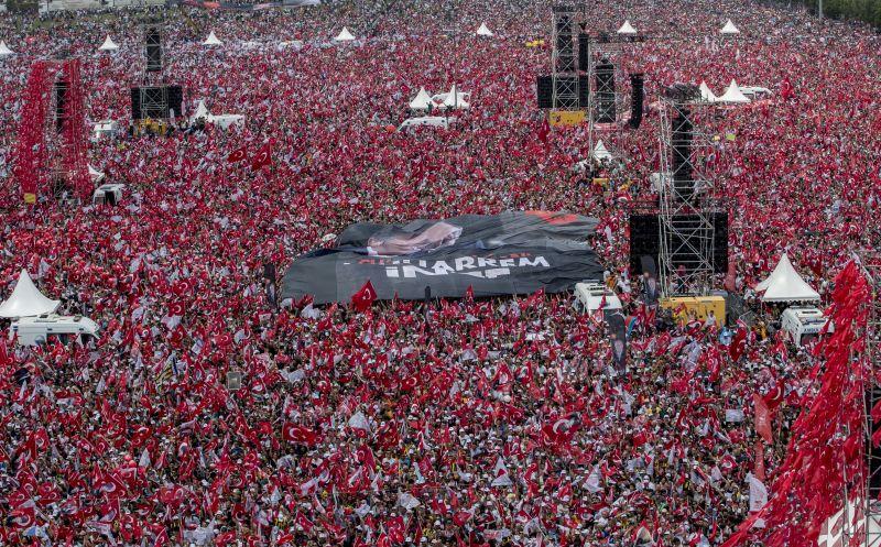 Bámulatos tömeg gyűlt össze Erdogan leváltásáért
