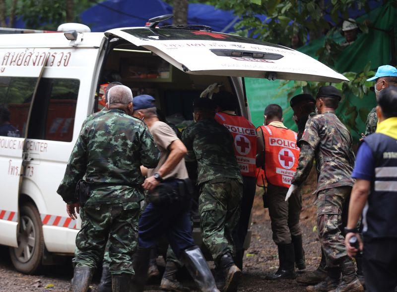 Újabb gyerekek jutottak ki! Folytatódott a thaiföldi barlangban rekedt gyerekek mentése