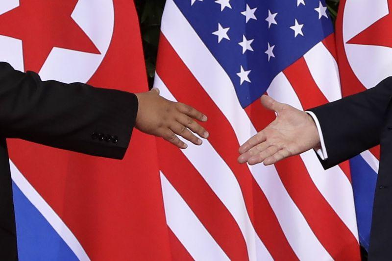 Trump és a véreskezű diktátor valami dokumentumot írnak alá