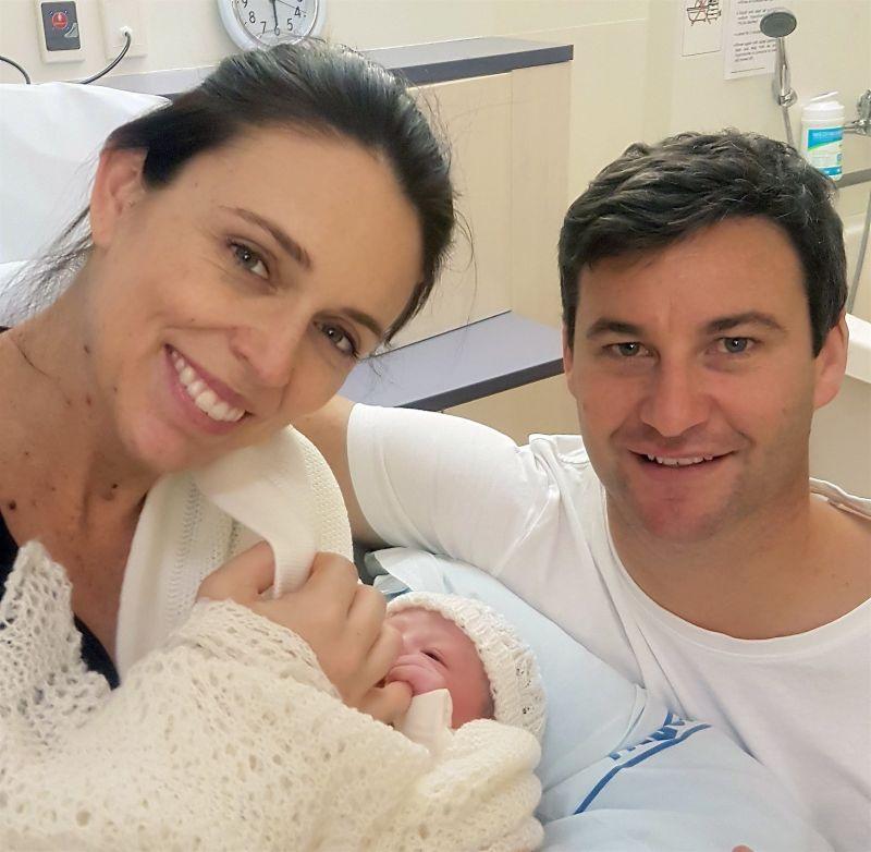 Elhagyta a kórházat újszülött gyermekével az új-zélandi miniszterelnök