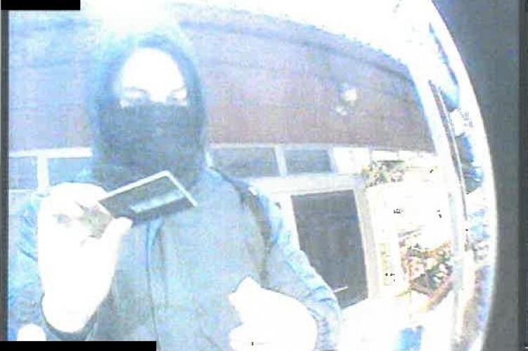 Más bankkártyájával vett fel pénzt, keresi őt a rendőrség