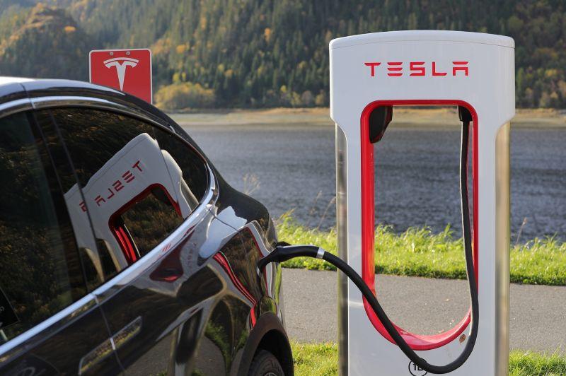 A Tesla elbocsátja dolgozóinak 9 százalékát