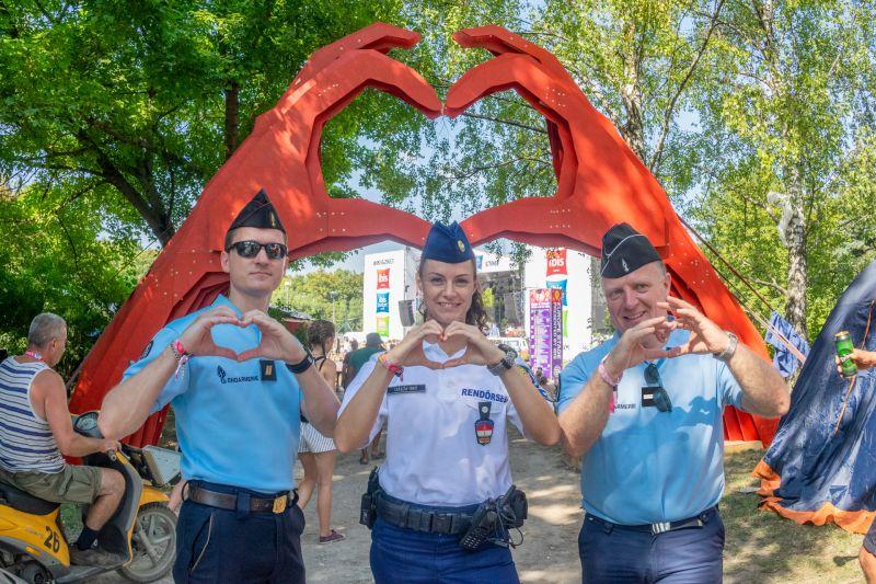Így szolgálnak és védenek a rendőrök a Szigeten