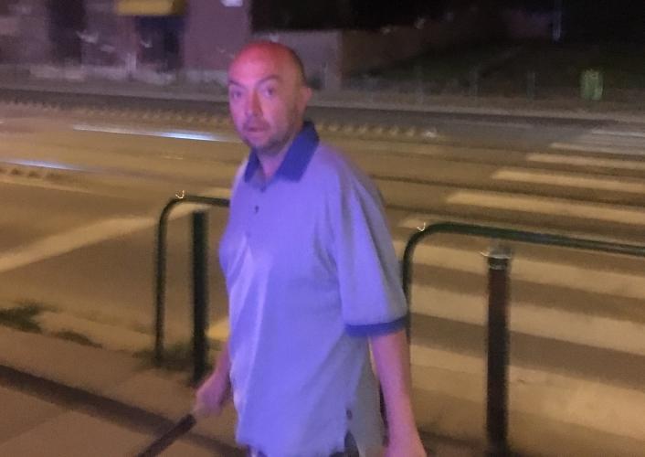 Üvegpultot és üvegajtót rongált a férfi, keresik a rendőrök – fotó