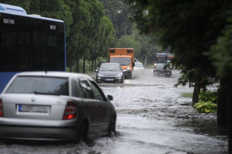 Több járatot elmosott az eső, nem jár az M3-as metró sem