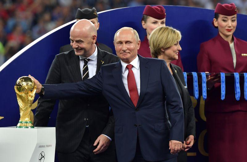 Hoppá: zsebre vágott egy aranyérmet a Putyin mögött álló nő – videó