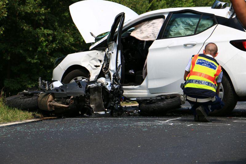 Csúnya baleset: nem élte túl a motoros az autóval való ütközést