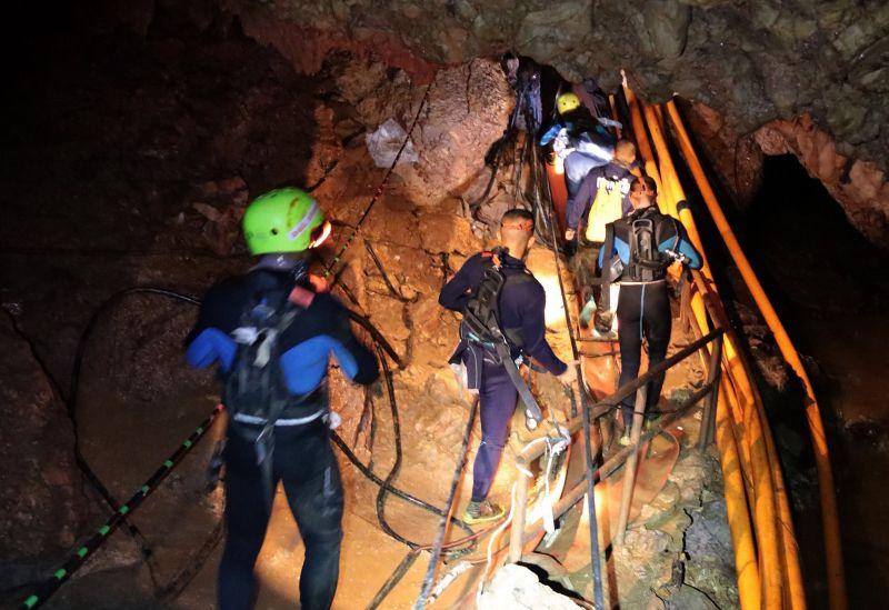 Négy gyermeket kimenekítettek a barlangból