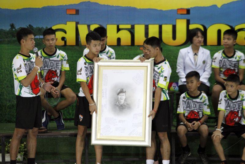 Sírva mondtak köszönetet a búvároknak a thaiföldi barlangból kiszabadult gyerekek