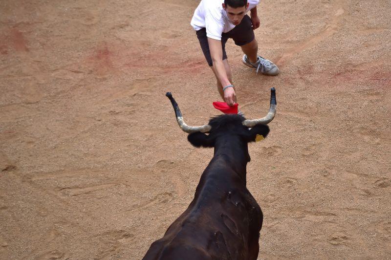 Karon szúrt a bika egy spanyol férfit a pamplonai bikafuttatáson