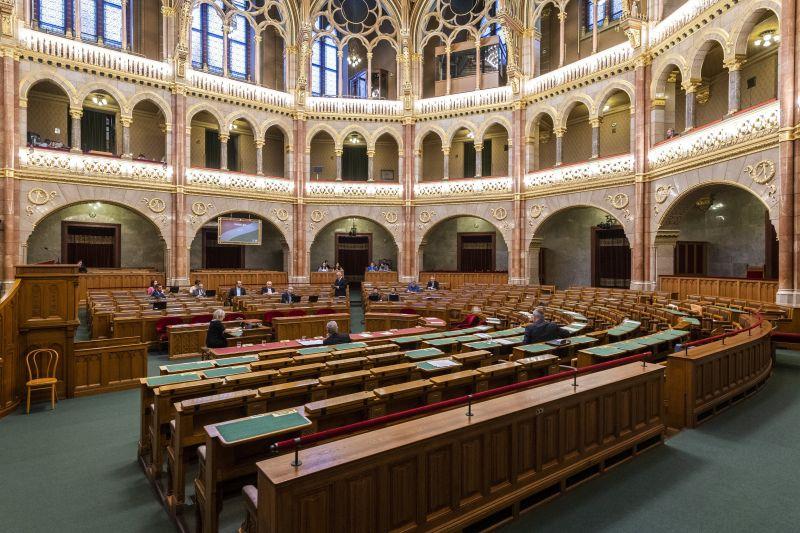 Fidesz: az országgyűlés tisztségviselőinek tiszteletdíja az általuk vállalt munkával arányosan alakul