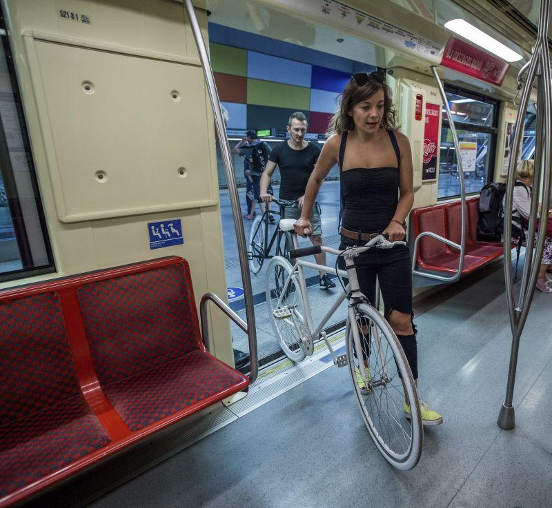 Bringával a munkába: eddig tilos volt, most megmutatták, hogyan lehet bringát levinni a metróba