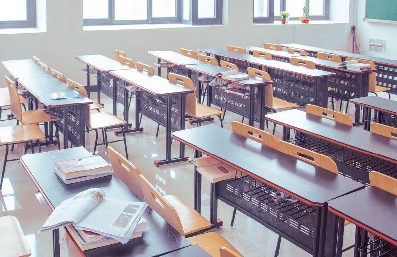A magánkiadók hátrányos megkülönböztetés miatt perlik az oktatási hivatalt