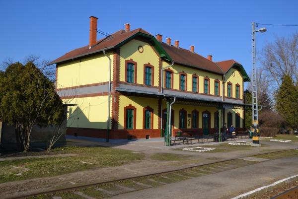 Még nem tudják mitől és hogyan, de kisiklott egy vonat Kunszentmártonon
