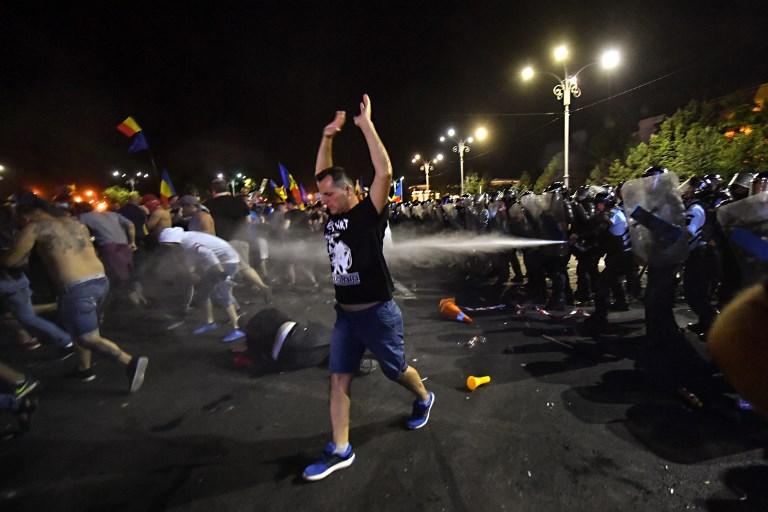 Több tízezren tüntettek Bukarestben a kormány ellen, könnygázzal oszlattak a rendőrök
