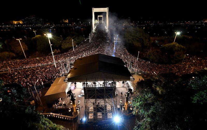 Ilyen volt a Tankcsapda-koncert az Erzsébet-híd lábánál