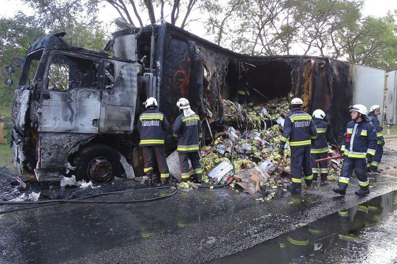 Kiégett egy kamion a 44-es főúton – fotók