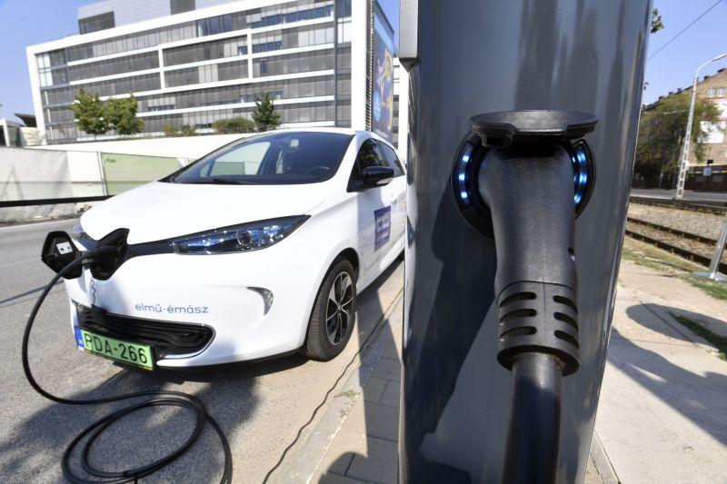 Elektromos autókat is lehet tölteni az új budapesti okoslámpaoszlopokról