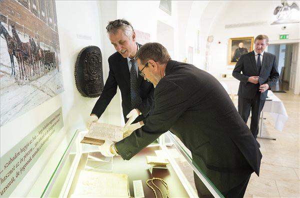Visszatért Genfből Debrecenbe a híres 16. századi biblia