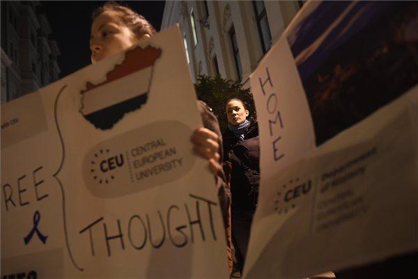 Puzsérral együtt demonstrált a CEU mellett az LMP ifjúsági szervezete