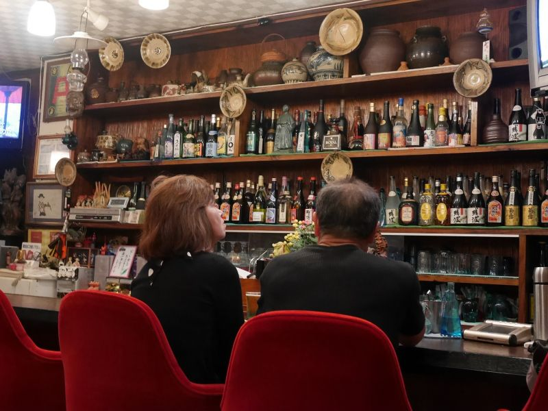 Megszólalt a nő, akinek beszorult a feje a bárpultba
