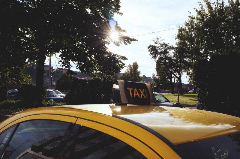 A taxist és az utasát is elállították a rendőrök