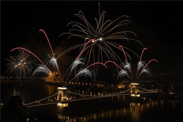 Fotók: ilyen volt a tűzijáték Budapesten és Egerben