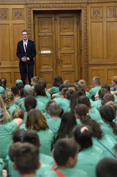A Parlamentben köszöntötték az Erzsébet-táborban nyaraló kárpátaljai diákokat