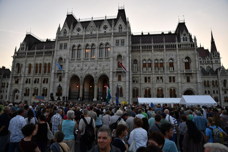 Huszonheten próbáltak ellenállni a rendőröknek hajnalban a Kossuth téren
